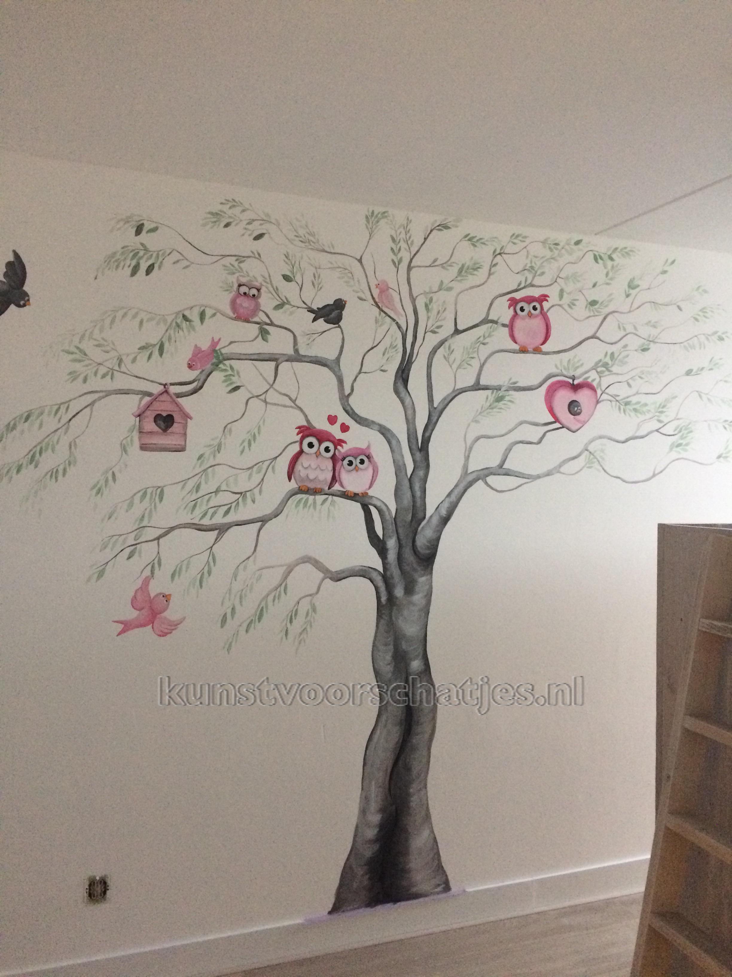 Boom met roze uilen en groene bladeren