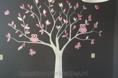 Boom grijze muur roze en witte boom