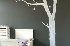 Witte boom grijze muur